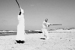"""מיכל בראון ואני ב""""קרב"""" חרבות, חוף הבונים 2009 (צילום ערן בראון)"""