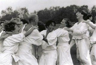 למי תיפול החולצה קודם? שינטאידו באנגליה, תחילת שנות ה-90. במרכז התמונה אאוקי הירויוקי