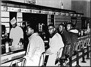 """בפברואר 1960 נכנסו 4 סטודנטים שחורים לדוכן אוכל """"ללבנים בלבד"""" בצפון קרולינה וביקשו שירות. זו הייתה התחלה של מאבק מתמשך"""